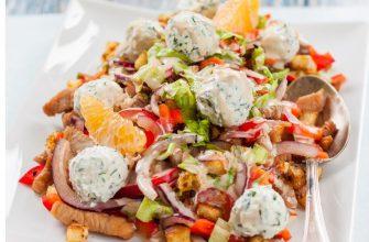Нежный салат с курицей, мандаринами и сырными шариками