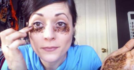 Она наносит кофе на кожу под глазами, результат невероятный!
