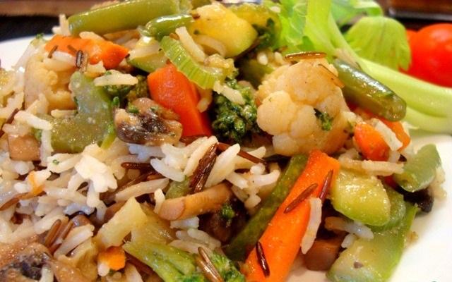 Диетический ужин: рис с грибами и овощами