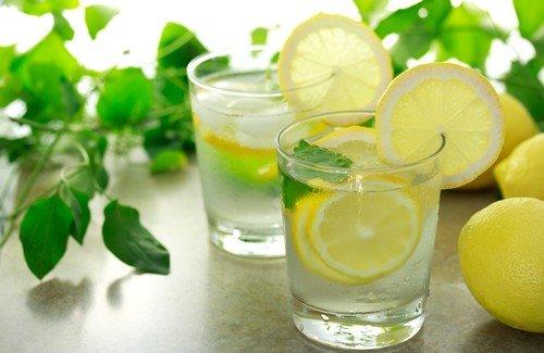 Знаете ли вы, почему вы употребление лимонной воды первым делом поутру так полезно? Мало кто знает эти малоизвестные преимущества для здоровья