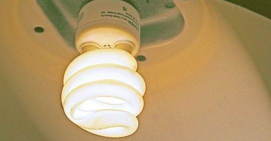 Эксперты предупреждают, что нужно держаться подальше от энергосберегающих лампочек из-за проблем со здоровьем