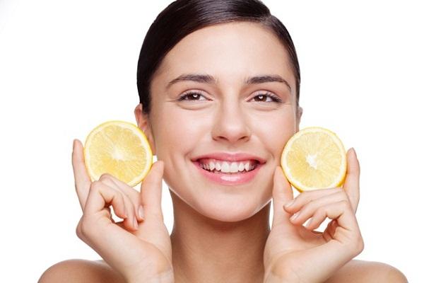 Я и не знала, что протирать лицо лимонным соком так полезно! Возьмите себе на заметку.